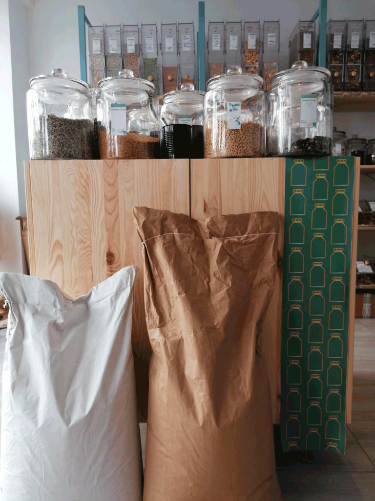 Bocaux et sacs de l'épicerie Le Local bio et vrac