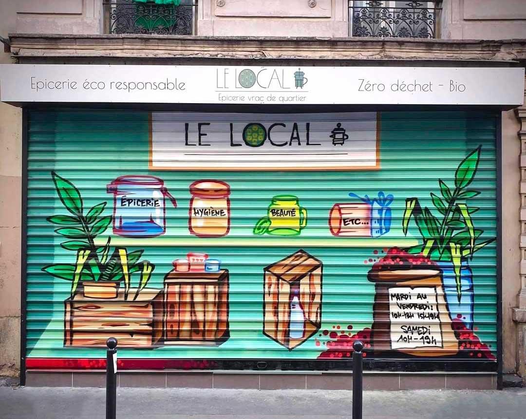 rideau de la devanture décoré par un street artiste