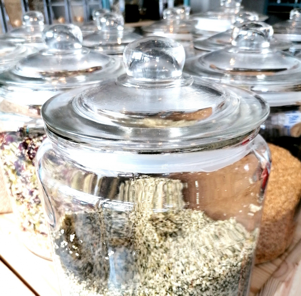 bocaux de graines et d'épices de l'épicerie zéros déchets